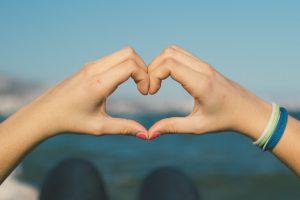 كيف تعرف ان شخص يحبك